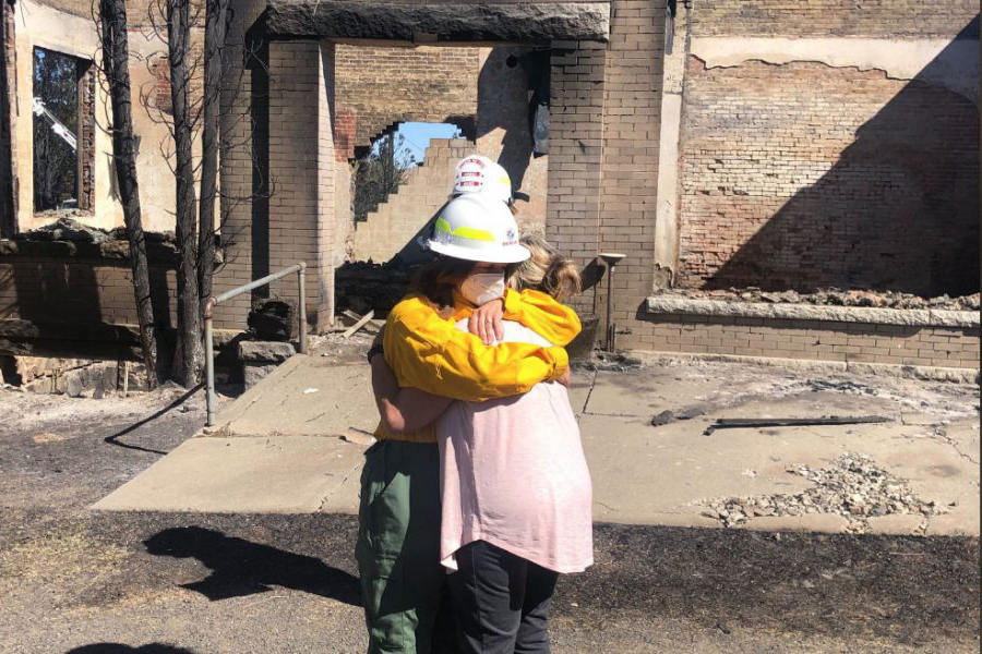 Commissioner of Public Land Hilary Franz 和 Mayor of Malden, Washington Chris Ferrel embrace in front of a destroyed post office. The town of Malden was completely burned to the ground in a few hours following the fires that erupted on Labor Day.